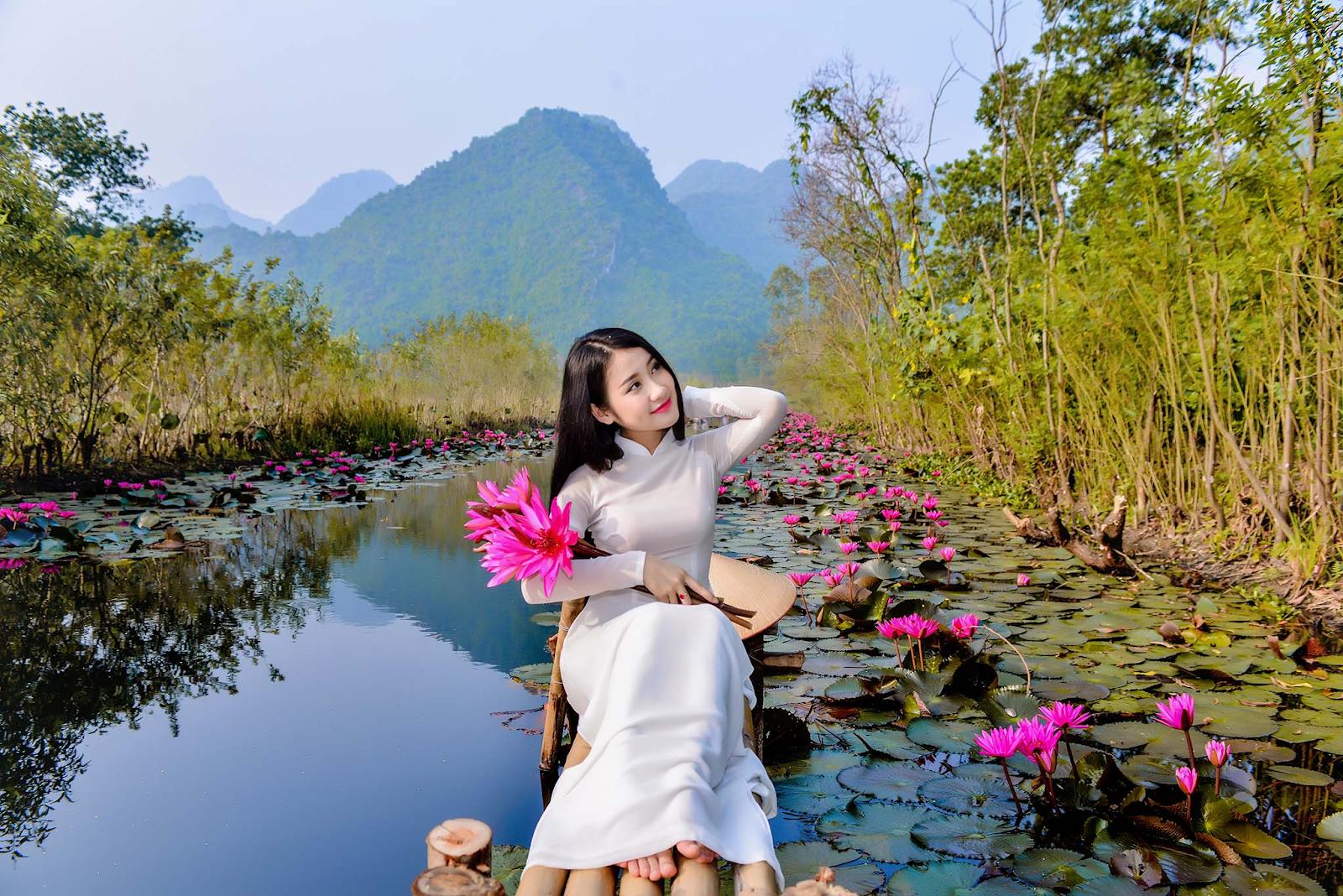 Hình ảnh áo dài gắn liền với người phụ nữ Việt Nam