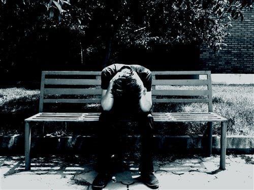 Hình ảnh buồn về tình yêu đẹp sử dụng gam màu đen, người ngồi đau khổ thể hiện một sự tình yêu chia ly
