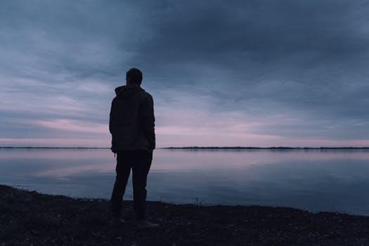 Hình ảnh chàng trai cô đơn