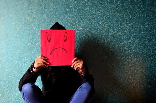 Hình ảnh chàng trai mặt buồn