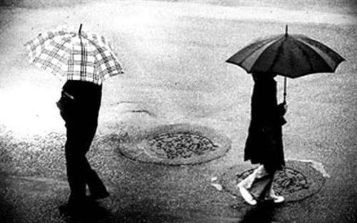 Hình ảnh chia tay đẹp với gam màu đen ảm đạm, hai người bước qua nhau vô tình