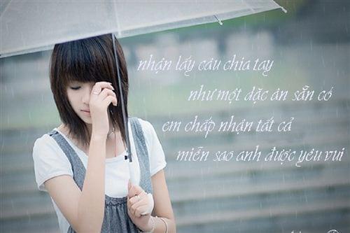 Hình ảnh cô gái buồn đứng trong cơn mưa và thêm dòng status tâm trạng lại càng buồn hơn