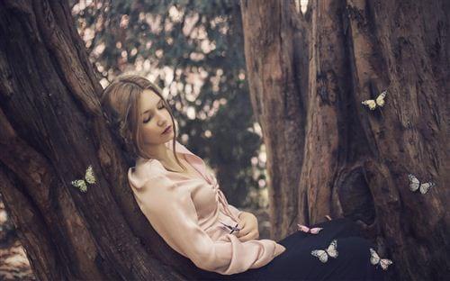 Hình ảnh đẹp về tình yêu buồn cơ đơn, cô gái buồn, mặc mọi thứ bên ngoài diễn ra như thế nào