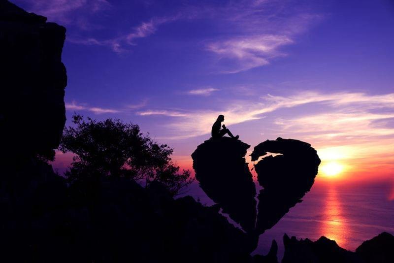 Hình buồn về tình yêu chia tay là hình người cô đơn ngồi trên trái tim màu đen bị vỡ