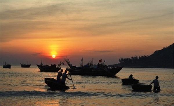phân tích bài thơ đoàn thuyền đánh cá và hình ảnh minh họa