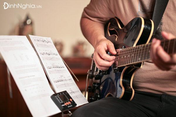 phân tích và cảm nhận về hình tượng tiếng đàn ghi ta