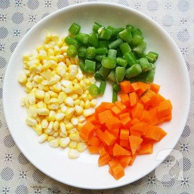 Sơ chế cà rốt, đậu cô ve và bắp ngô