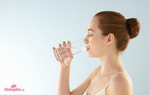 uống đủ nước là một trong các biện pháp hỗ trợ điều trị một cách hiệu quả
